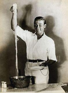 Rodolfo Valentino a uno spaghetti dinner (foto tratta da Pinterest)