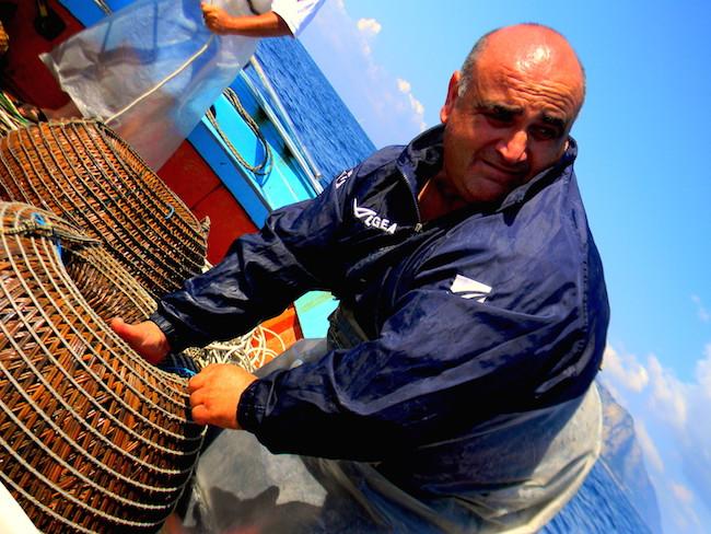 Antonio Morvillo e le sue nasse. Per gentile concessione di ©Karen Phillips – http://andiamotrips.blogspot.it/2014/08/parapandolo-fishing-km-0-punta.html