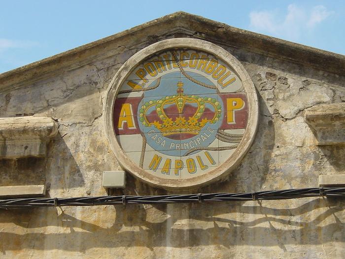 «Cantabria Santoña fabrica anchoas Napoli lou». Publicado bajo la licencia CC BY-SA 3.0 vía Wikimedia Commons -
