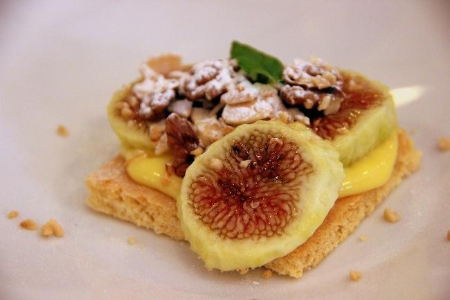 Cialda di frolla, crema all'amaretto, fichi e frutta secca