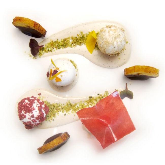 Platano al cioccolato, bon-bon di soia e gelato banana e wasabi