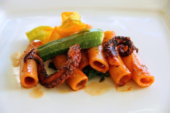 Candele tagliate Pastificio Carmiano, polipetto alla luciana, minestrina di zucchine e fiori; chef Vincenzo Vaccaro- ristorante Cucina 82 di Gragnano