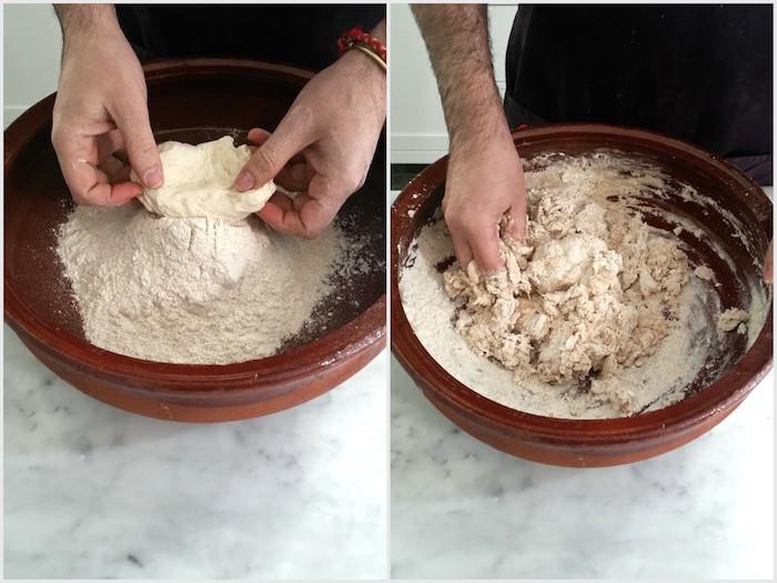 Impasto con farina Xeixa, cereale antico presidio Slow Food delle Baleari. Unire il lievito madre senza diluirlo in acqua Unire l'acqua molto lentamente ed iniziare ad intridere con dolcezza gli ingredienti . L' aggiunta di acqua in modo molto graduale consente di sviluppare al meglio la bassa quantità di glutine presente in questi tipi di cereali .