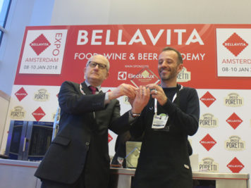 Sua Eccellenza l'Ambasciatore d'Italia nei Paesi Bassi consegna il premio a Edoardo Barbero