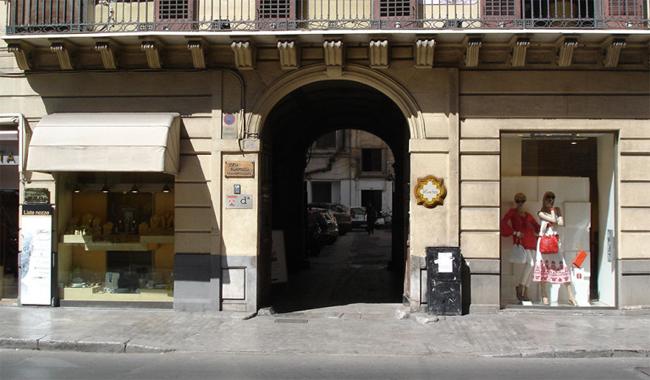 L'ingresso del palazzo nobiliare nel cui cortile si trovano i Cuochini
