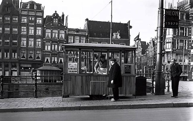 Chioschetto per la vendita delle aringhe ad Amsterdam, Haarlemmersluis 1952, foto di Ben van Meerendonk da Haarlemmerbuurt