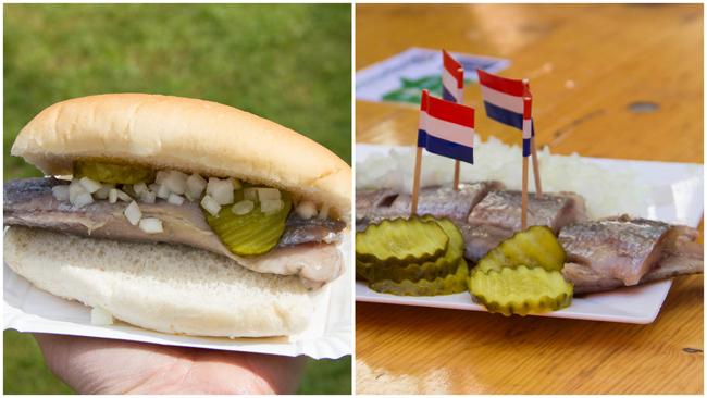 Aringa, cipolle e cetriolo sott'aceto, con e senza panino. Foto di Kendra