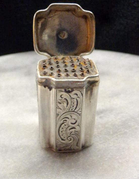 Una grattugia olandese d'argento per noce moscata risalente agli inizi dell'Ottocento